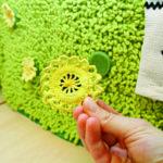 Leskenlehden kukat ovat magneettikiinnitteisiä, ja lapset voivat osallistua satuun kiinnittämällä niitä. Kuva: Katariina Rannaste