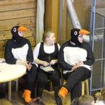 Pingviinit apulaisineen postitoimistossa odottavat lasten piirustuksia postitettavaksi.