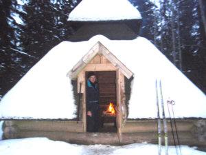 Bergiuksen Markku toivotti hiihtäjät tervetulleeksi Plakkarin kodalle