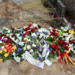 Kukkia viedään hautausmaalta