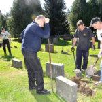 Stoolperin poikakerholaiset oikoivat hautakiviä Ristinmäen hautausmaalla