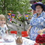 Matilda Räikkönen ja Halise Alibullen Satumetsän päiväkodista viettivät juhlavia kahvikestejä.