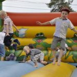 Pomppulinna oli juhlan kohokohta monelle lapselle.