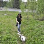 Anna Schavikin suuntaa puhelimeen ilmestyneen kompassin osoittamaan suuntaan.