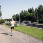 Suomi-neito juosten päästä varpaisiin