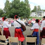 Kasakat musisoivat Kanttorinpuistossa