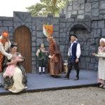 Prinsessa Ruususen hovi on puvustettu ja lavastettu huolella. Kuningas, kuningatar sylissään Ruusunen, nuori prinssi Filip, herttuapari, palvelustyttö Serafiina ja mestarikokki Gordon valmistautuvat prinsessan juhlaan.