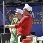 Mestarikokit Mario ja Luigi esiintyivät ilmaisessa lastantapahtumassa. Italialaiset kokit viihdyttivät sekä lapsia että aikuisia esityksellään. Kuva: Katariina Onnela