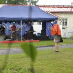 Sade häiritsi osaa perjantain festivaalikävijöistä, osaa taas ei. Musta köksä-bändi esiintyi LeKa-lavalla sateen ropinan säestäessä. Kuva: Katariina Onnela
