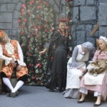 Ruusuköynnökset peittävät linnan ja kaikki väki nukkuu, kun Pahatar on tehnyt taikojaan.