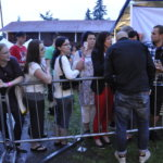 Sami Hintsaselta löytyi aikaa nimikirjoituksille ja yhteiskuville faniesa kanssa. Kuva: Katariina Onnela