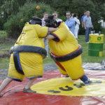Festarikansa pääsi purkamaan energiaa sumopainipuvuissa, joten suuremmilta järjestyshäiriöiltä vältyttiin. Kuva: Katariina Onnela
