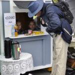 Pienellä kioskilla kävi kauppa kun nuoret myyntitykit Katariina Kivi, 10, ja Christina Kortet, 9, pistivät parastaan.
