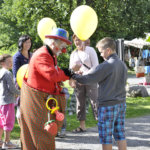 Eetu Pelle ja ilmapallot kuuluvat erottamattomana osana Kuokkalankosken markkinoihin.