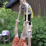 Akrobatiaa oli treenattu leirillä monessa muodossa. Matilda Räikkönen tasapainoilee Antti-Jussi Kortesojan kanssa.