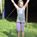 Vanteilla temppuilu oli osa sirkusleiriä. Loppunäytöksessä esiteltiin mitä on viikon aikana opittu. Kaisu Koivula, 8, näyttää mallia.