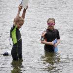 Topias Savitaival ja Ida Joly aloittivat muiden uimakoululaisten tapaan rintauintitreenit kuivalla maalla siirtyen siitä veteen harjoittelemaan lautan kanssa ja lopulta ilman lauttaa.