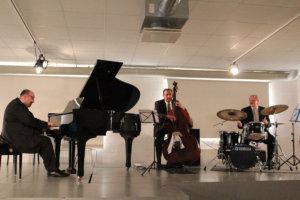George Gershwinin The Man I Love sai Marian Petrescun (vas.) trion käsittelyssä raflaavan jazz-poljennon. Kontrabassossa Mihai Petrescu ja rummuissa Raimo Väyrynen. Kuva: Erkki Koivisto
