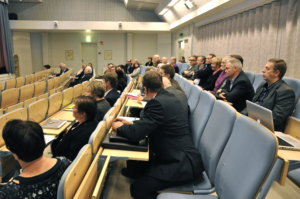 Yli viisikymmentä kiinnostunutta saapui kuulemaan Rauno Saaren esittelemiä vaihtoehtoisia seudullisen yhteistyön malleja.