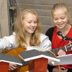 Siina Järvensivu (vas.) ja Tiia Stenman olivat mukana Lempoisten koulun 6C-luokan kuorossa, joka esitti markkinoilla joululauluja. Kuva: VivikkaMonto