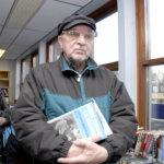 Sakari Backmania kiinnostavat historialliset teokset. Kuva: Vivikka Monto