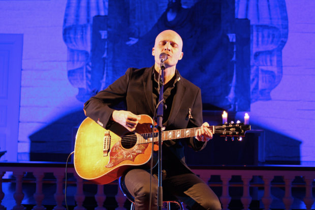 Juha Tapion mukaan laulu on hyvä, jos se toimii pelkän akustisen kitaran säestyksellä. Kuva: Jussi Saarinen.
