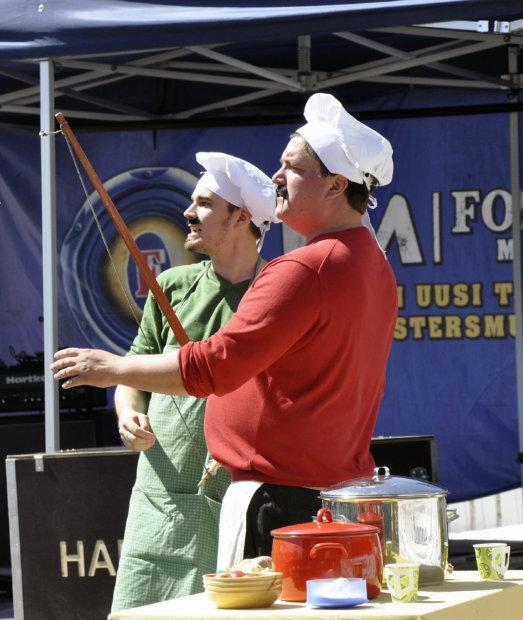 Luigi ja Mario hauskuuttivat lapsia ja lapsenmielisiä heinäkuussa Kurki-festivaalissa. Kuva: Katariina Onnela.