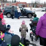Hakkarin liikuntahallin ovelle oli aamulla kokoontunut lapsia hoitajineen tanssijoita ihastelemaan.