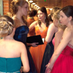 Eleganssia naisten pukuhuoneen edustalla juuri ennen h-hetkeä.