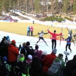 Aino-Kaisa Saarinen kirii maaliin. Maija Saarinen ja Mervi Pesu juoksevat ankkuria vastaan. Kuva Antero Korhonen