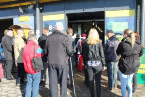 Aurinkoinen aamu oli houkutellut runsaasti tutustujia uuteen S-marketiin. Kuva: Erkki Koivisto