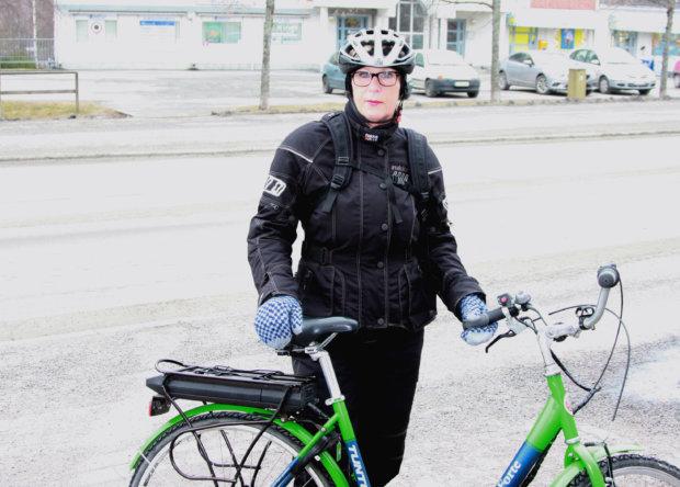 Sää antaa Tarja Järvenpäällä mahdollisuuden asioida polkupyörällä.