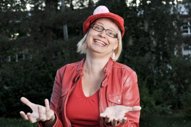 Some-maailmassa henkilöbrändäys on tärkeää. Pauliina Mäkelän tunnistaa tupsuhatusta. Kun hattu on päässä, Mäkelä on helppo huomata esimerkiksi suurissa massatapahtumissa. Kuva: Antti Keskitalo.