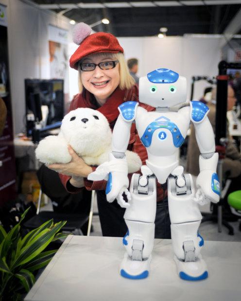 Kuvateksti: Digitalisoituminen eli arjen sähköistyminen etenee ja menemme kohti robotisoitumista. Pauliina Mäkelä on kiinnostunut robottien mukanaan tuomista mahdollisuuksista. Kuva: Antti Keskitalo.