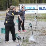 Ratamestari Janne Hokkanen seuraa ammunnan johtajana tarkasti Sari Mastromarinon ammuntaa. Kuva: Erkki Koivisto