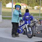 Roope Wallenius viihtyi pyöräiilemässä skeittiparkilla.
