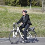 Sportia Matti oli tuonut paikalle sähköpyörän, jolla pääsi ajamaan testikierroksen. Pyörän selässä testausvuorossa Tero Onnela.