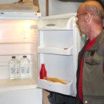 Lähdevedellä täytetyt kanisterit säilytetään kotona kylmässä.Kuva: Erkki Koivisto