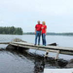 Pentti Korkatti ja Auli Juntikka Höytämönjärven rannalla olevan vapaa-ajan asuntonsa laituirilla. Kuva: Erkki Koivisto