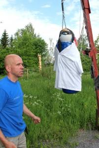 Olli Soininen on juuri mätkinyt ravitsemustieteen professori Mikael Fogelhomia esittävää nyrkkeiilysäkkiä. Kuva: Erkki Koivisto