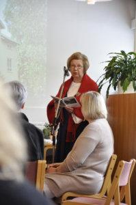 Eila Häihälä kertoi yli viisikymmenpäiselle yleisölle kirjastaan. Kiinnostus raittia kohtaan on ollut ilmiselvää jo  kävelykierrosten suosiossa.