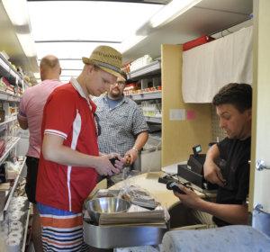 Tero Asikainen oli käynyt kauppa-autolla viimeksi lapsena. Narvasta mukaan tarttui leipää, karkkia ja grillattavaa.