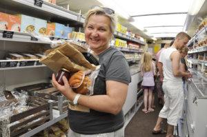 Terhi Solja ostaa lähiruokaa itselleen ja tuliaisiksi kaupungissa asuvilleystävilleen.