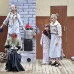 Kerjäläislapset kasvavat kesäteatterissa, kuten nyt pääroolia näyttelevä Anna Viikari. Muutaman vuoden kuluttua joku heistä näyttelee kotikylän teatterissa nimiroolia.