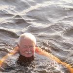 Unkarilaisten ohjelmaan mahtui joka päivä saunomista ja uimista. József Várhegyi ei ollut koskaan aikaisemmin käynyt saunassa, mutta vakuutti pitävänsä siitä. Kuva: Ritva Mäkelä