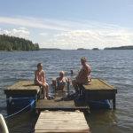 Kolme sukupolvea Vecsein perhettä. Laiturilla istuvat äiti ja tytär, Katalin (oik.) ja yhdeksänvuotias Réka. Vedestä nousee isoäiti Marika. Kuva: Ritva Mäkelä