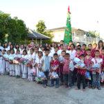 Betlehem-oppilaskodin lapset joululahjojen kera ennen joulujuhlaa.
