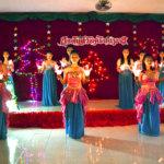 Karen-heimoon kuuluvat tytöt ovat taitavia tanssimaan ja musisoimaan. He esiintyivät myös oppilaskodin joulujuhlassa.