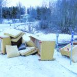 Sohvakalusto kipattu lähelle jäteasemaa