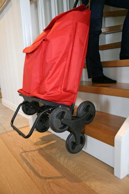 Vetolaukku kulkee kolmien pyöräparien ansiosta kevyesti perässä rappusiakin pitkin. Kuva: Katariina Rannaste